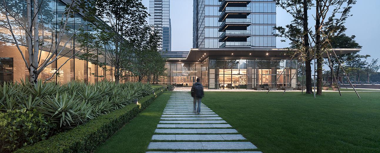 设计从整个城市的背景进行考虑,以一栋塔式超高层和一栋板式超高层