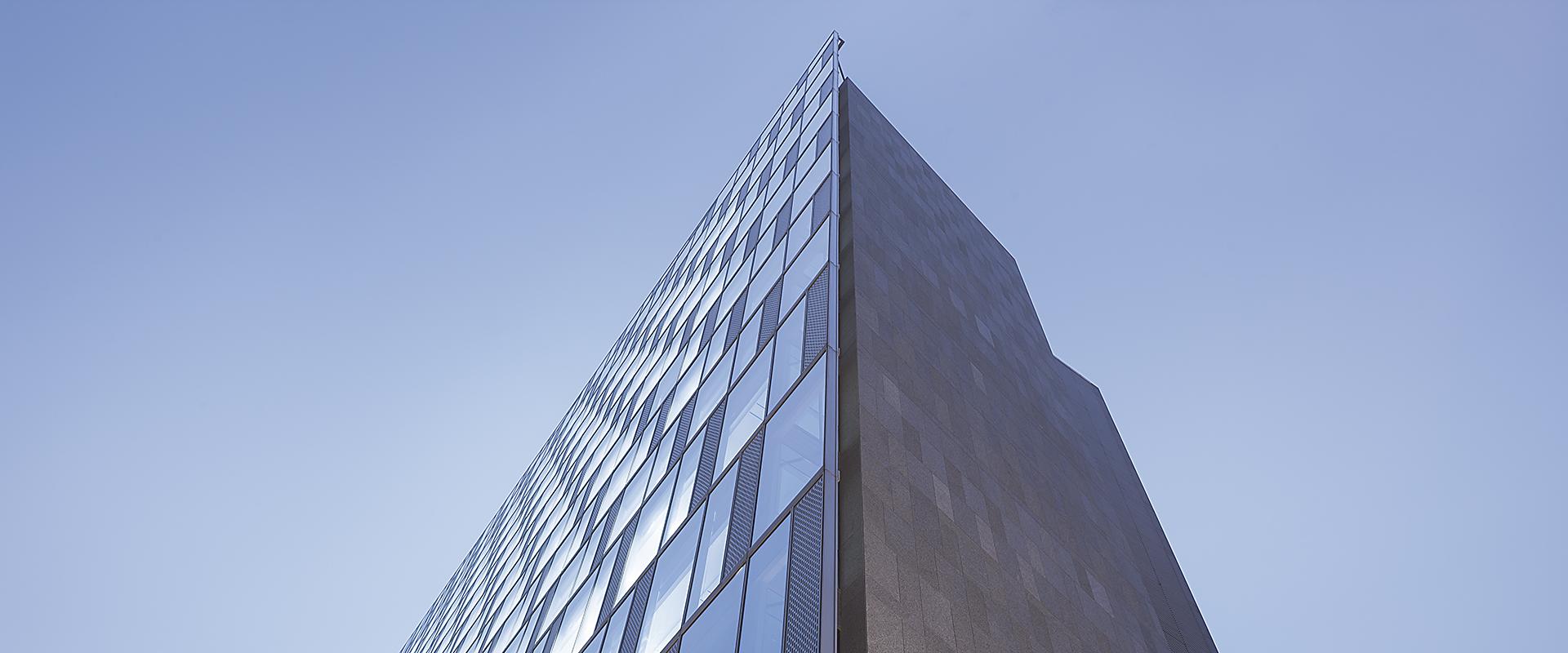 gad建筑设计创建于1997年,发展至今已拥有各类专业设计人员约1000余人,具有建筑行业建筑工程甲级资质,是集建筑工程设计、工程技术咨询 及服务为一体的综合型设计机构。项目涵盖住宅、写字楼、酒店、科研、大专院校、商业、城市综合体等, 并相继在杭州、上海、青岛、厦门、重庆成立了设计公司。gad致力于追求将客户的商业价值和设计师的建筑理想完美结合, 以精致的设计风格和充满人文关怀的设计思想,成为现代中国建筑设计的品牌设计企业。