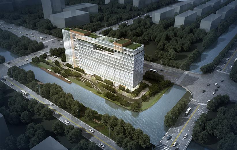 项目所处位置优越,周边景观资源丰富,我们将之定位为一座区域级的标志性办公建筑。但是由于地块消防登高及城市规划退界限高的要求,本地块的建筑可建高度受到较大的制约;但是,在另一方面,南北向狭长的地块给了我们利用其长度,设计一座水平向舒展建筑的机会,使其从周边建筑中脱颖而出,成为区域中特点鲜明标志物和视觉中心。 地块南北向狭长,使得办公建筑的主要朝向为东西向;因此,遮阳避光、保证室内办公环境的舒适性成为本项目设计的着力点。本着适用性的原则,我们在主要办公空间采用的朝南向偏转的立面窗,使办公空间的朝向和采光尽量偏
