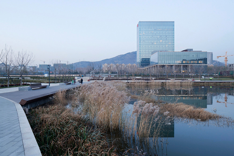 青岛绿城喜来登酒店位于青岛绿城