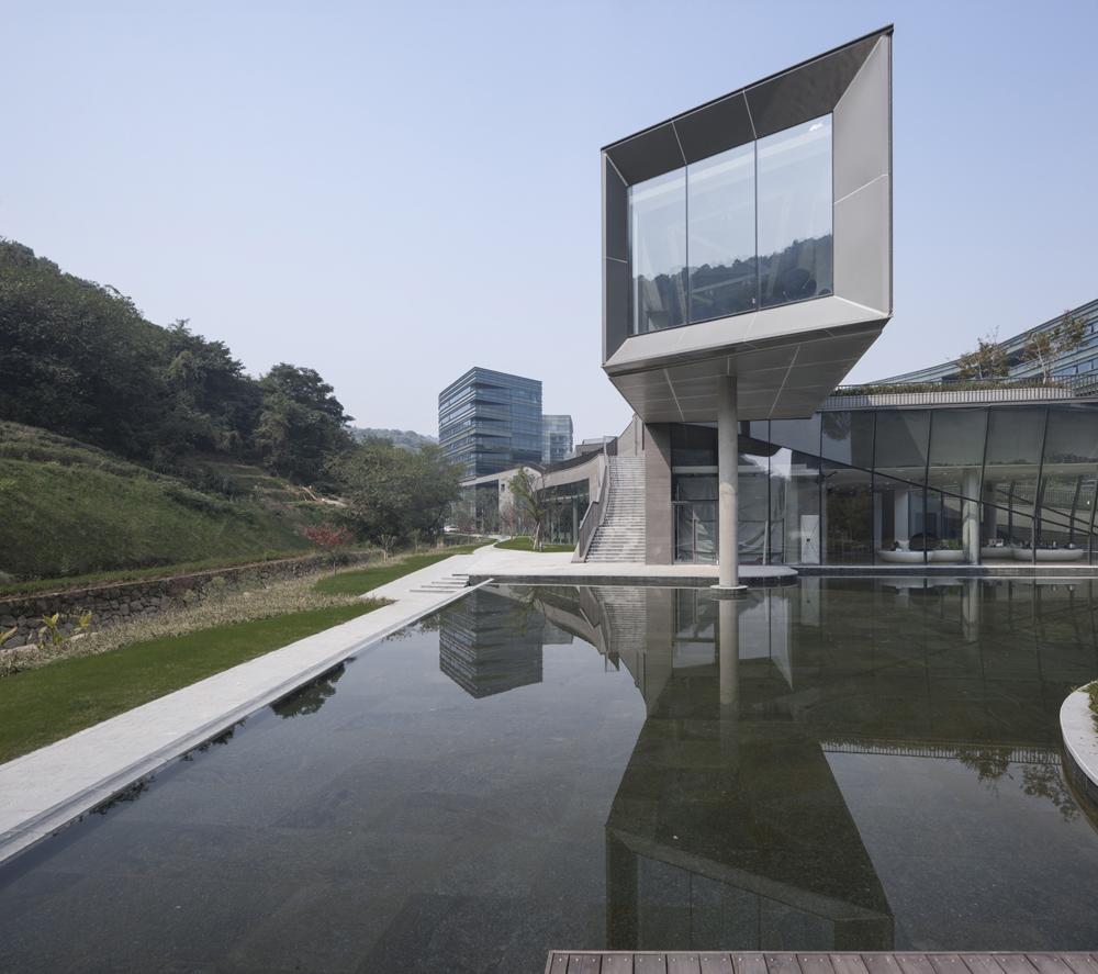 项目位于杭州南部的凤凰山北麓图片