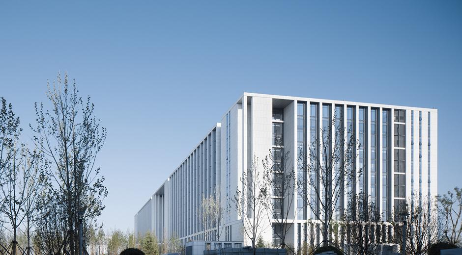 项目是即墨市行政中心东迁的第一步,是代表即墨市未来城市形象的地标性建筑。公共服务中心总用地面积约8.5公顷。地上12层,地下1层,总高度51米。总建筑面积约118000平米,其中地上75000平米,地下43000平米,居于新城最中心位置,由中央共享大厅组织四大办公组团呈横向排开,南临市民广场,远眺龙泉湖公园,北侧以两幢圆弧形标志塔楼为依靠,总体形成平稳大方的格局。